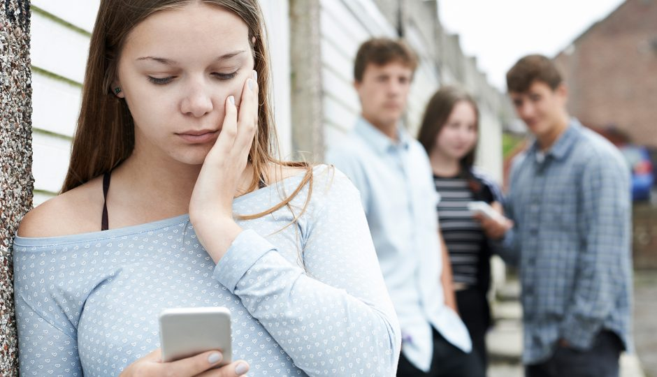 Cyber-bullying, teens at risk - cyberbullismo, cybermobbing, Harcèlement sur Internet